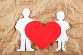 Siluetas de hombres, mujeres y corazón cortan de papel en ba marrón — Foto de Stock
