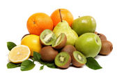Frutas frescas y verduras aislados sobre un fondo blanco. — Foto de Stock