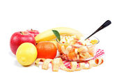 Frutta fresca e insalata isolato su sfondo bianco. — Foto Stock
