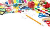 Kontor och studerande tillbehör på en vit. tillbaka till skolan begreppsmässigt — Stockfoto