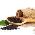 cucchiaio di legno con foglie di tè e limone fresco verde foglia isolata — Foto Stock