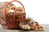 Большое разнообразие хлеба в корзине на вретище. Натюрморт Изол — Стоковое фото