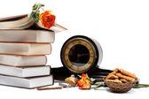 стопку книг, старинных часов и печенье на белый backgro — Стоковое фото