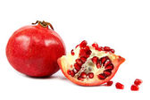 Verse granaatappel op witte achtergrond. — Stockfoto