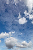 Fondo de cielo azul con nubes blancas. — Foto de Stock