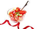Insalata di verdure fresche in un piatto di vetro su uno sfondo bianco. — Foto Stock