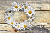 木の板の背景に花 — ストック写真