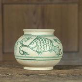 Antieke keramische verf kom op kabinet houten achtergrond (stilleven) — Stockfoto
