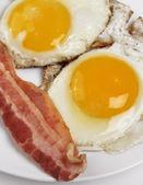 揚げ卵とベーコン — ストック写真