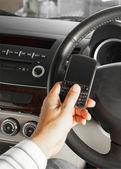 Conceito de segurança do carro e estrada, mensagem de texto do empresário e dirigindo — Fotografia Stock