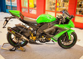 BANGKOK - SEPTEMBER 22: Kawasaki ZX-10R on display at the Promen — Стоковое фото