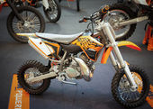BANGKOK - SEPTEMBER 22: The KTM 50 SX on display at the Promenad — 图库照片