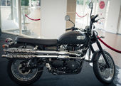 BANGKOK - SEPTEMBER 22: Triumph scrambler on display at the Prom — Foto Stock