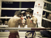 BANGKOK, THAILAND- OCTOBER 04 : Unidentified boxers compete in Thai Fight: Muay Thai Charity on October 04, 2012 at Rajadamnern Stadium in Bangkok, Thailand — Stok fotoğraf