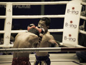 BANGKOK, THAILAND- OCTOBER 04 : Unidentified boxers compete in Thai Fight: Muay Thai Charity on October 04, 2012 at Rajadamnern Stadium in Bangkok, Thailand — Foto de Stock
