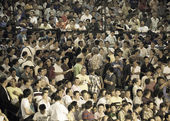 BANGKOK, THAILAND- OCTOBER 04 : Unidentified crowd come to see boxers compete in Thai Fight: Muay Thai Charity on October 04, 2012 at Rajadamnern Stadium in B — Стоковое фото