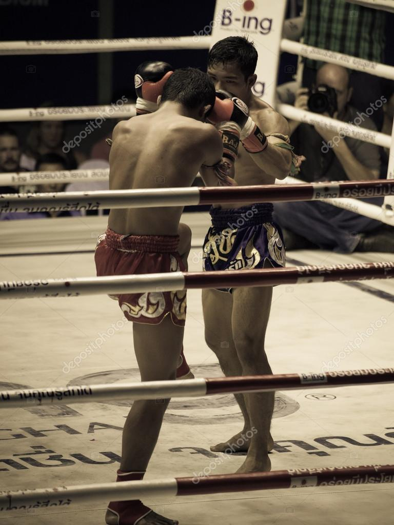 BANGKOK, THAILAND- OCTOBER 04 : Unidentified boxers compete in Thai Fight: Muay Thai Charity on October 04, 2012 at Rajadamnern Stadium in Bangkok, Thailand — Stock Photo #14217351
