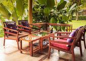 Mesa de jantar e cadeira no jardim — Fotografia Stock