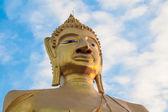 Ciel bleu et la statue de bouddha — Photo