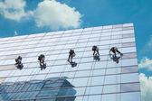 Groupe de travailleurs nettoyage service windows sur immeuble de grande hauteur — Photo