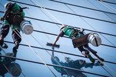 组工人清洗高层建筑上的 windows 服务 — 图库照片