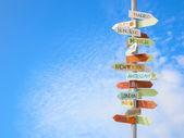 Cartello stradale viaggi e cielo blu — Foto Stock