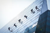 Grupo de trabajadores de limpieza de ventanas en edificio de gran altura — Foto de Stock
