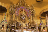 "Buddha statue,made from gold in ""Kaba Aye"" pagoda in Yangon, Bur — Foto de Stock"