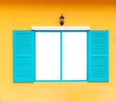 öffnen sie leere fensterrahmen an wand mit lampe, blaue farbe — Stockfoto
