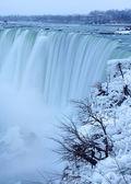 ホースシュー滝、ナイアガラの冬のシーンでミストします。 — ストック写真