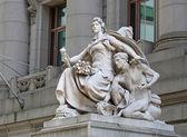 アメリカインディアンの国立博物館への入り口の像 — ストック写真