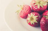 Stawberry na bílé nádobí — Stock fotografie