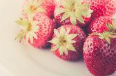 在白盘子里的草莓 — 图库照片