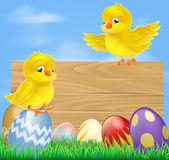 Easter chicks and wooden sign — Stock Vector