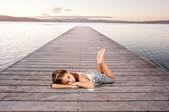 小女孩用沙漏 — 图库照片