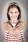 Küçük kız bir kum saati holding — Stok fotoğraf