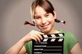 Junges mädchen mit movie clapper board — Stockfoto