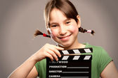 Junges mädchen mit movie clapper board — Stockfoto