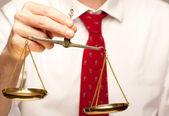 Homme d'affaires, tenant la balance de la justice — Photo