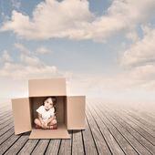 Petite fille à l'intérieur d'une boîte — Photo