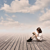 Kleines mädchen, ein buch zu lesen — Stockfoto