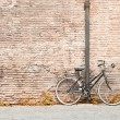 Bicycle against a wall — Stock Photo