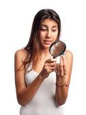 молодая женщина, ищет таблетки — Стоковое фото