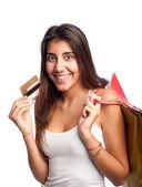 Genç bir kadın tutarak kredi kartı — Stok fotoğraf