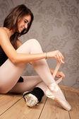 Bailarina atando sus zapatillas — Foto de Stock