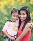 Bebê e mãe de família feliz — Fotografia Stock