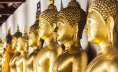 El salón principal de wat thardtong con estatua dorada de buda — Foto de Stock