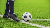 Balón de fútbol con sus pies — Foto de Stock