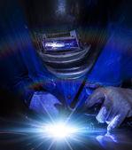 Trabajador la parte de acero de soldadura — Foto de Stock
