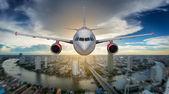Passagier vliegtuig landing op baan in luchthaven — Stockfoto